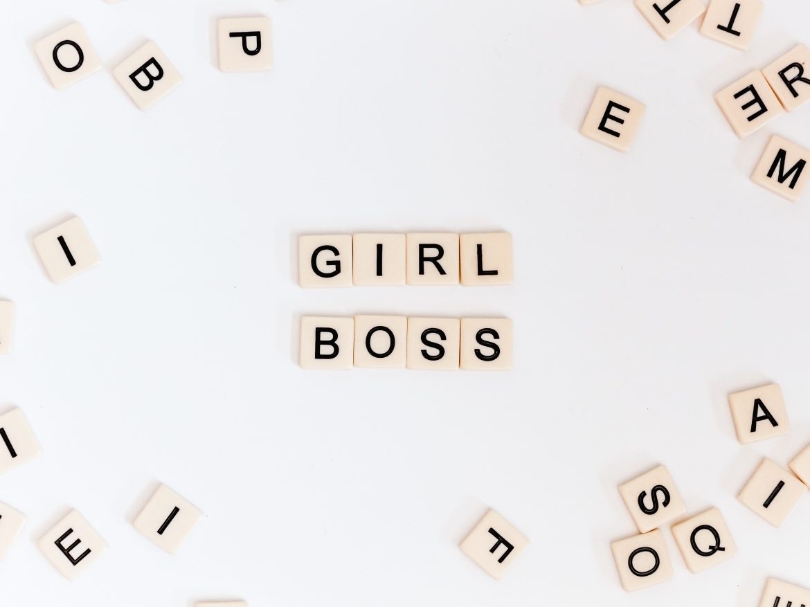 "Sélection shopping ""girl power sur lesmarottes.fr - photo : nicole honeywill / unsplash"