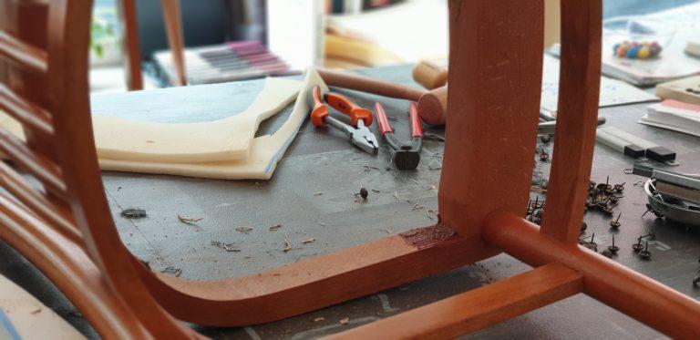 Dans l'atelier Ramponno - dégarnissage de la chaise