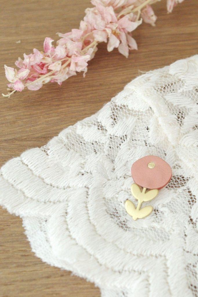 LINDISCRETE petite broche fleur en cuir 18€